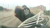 司机开车太疲劳,哐当一声翻下桥!