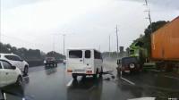 白色货车行驶中突然猛打方向盘,旁边的黑色轿车惨接锅!