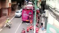 """广西南宁140名中考考生来错考点 交警街头上演""""速度与温情"""""""