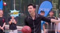 极限挑战:张艺兴和女子比赛打篮球,被连进五球!
