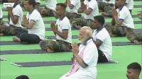 印度总理莫迪与四万民众一起做瑜伽