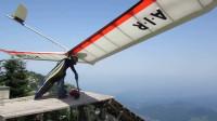 小哥在山顶上用超大滑翔翼滑翔,网友:这胆子是真的大!