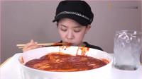 《韩国农村美食》:挑战极辣的冷荞麦面,真是厉害,反正我不敢吃