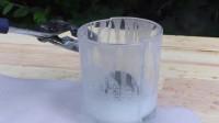 把1000度的铁球放进玻璃杯中会怎样,玻璃杯碎掉了!