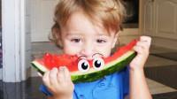太美味了!萌宝小正太咋吃了那么大的西瓜呢?他能吃完吗?