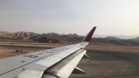 实拍飞机在西宁机场滑行准备起飞,空乘人员中英文播放安全须知