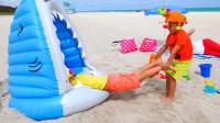 妈妈带着萌娃小可爱们去沙滩玩耍,两个小家伙玩的可真开心呀!