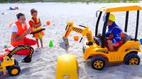 萌娃小可爱们真是乐于助人的好孩子!小家伙们在沙滩救下了一辆被埋在沙里的玩具车!