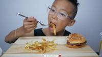 国外吃播小孩,吃麦当劳汉堡薯条套餐,大口大口吃,过瘾(1)