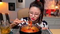 韩国宽粉美女吃辣拌面,大口塞,超满足!