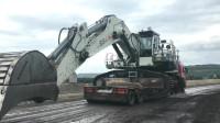 重型挖掘机是如何开上拖车的