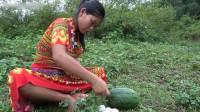 荒野大妈捡了个西瓜,吃完拿来烤蛋,网友:是我向往的生活