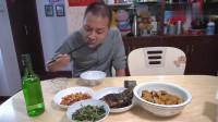 江苏无锡小哥晚饭,一盘红烧鲫鱼和几个配菜,喝酒吃饭好疯狂