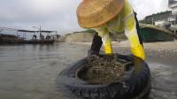 赶海大咖说轮胎下面一定有大货,渔妹使出吃奶力,结果没啥收获