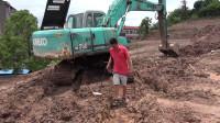 拿着金属探测器在挖掘机旁寻宝,终于让我探到了一个古币