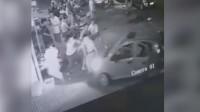 菏泽一辆电动轿车冲向人群被监控拍下 市民:跟演电影一样