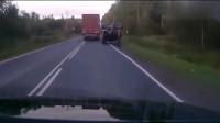 大货车霸气超车,不曾想将隔壁司机给坑惨了!