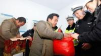 返乡的一辆五菱宏光被查,交警打开后备箱后,交警们都心酸了!