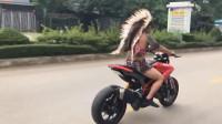 小伙打扮成这样,驾驶一辆摩托车上街,这也是没谁了!