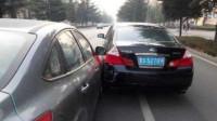 视频车下高速,女司机加速行驶,强行并线别车,与视频车发生剐蹭,谁料女司机蛮不讲理,视频车直接报警!