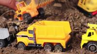 儿童超迷你挖掘机玩具和翻斗车玩具一起拉沙子