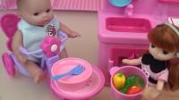 小芭比照顾弟弟的过家家游戏,给弟弟做营养丰富的蔬菜汤