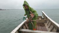 阿雄冒雨出海抢收章鱼罐,抓到好几斤的靓货,老乡寻上门来购买