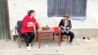 农村婆媳干完活,媳妇赶紧跑回家给婆婆把茶倒上,自己拿俩雪糕吃