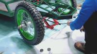 牛人改造升级电动四轮车,加装了太阳能电池板,功能更加完善了