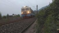 (成昆铁路)韶山4(0959)+韶山3型电力机车重联货列上行方向通过沙湾站