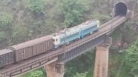 (成昆铁路)韶山4型电力机车牵引货列下行方向驶向沙湾一号隧道