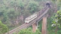 (成昆铁路)韶山3型电力机车牵引货列上行方向驶出沙湾一号隧道