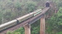 (成昆铁路)韶山3型电力机车牵引5619次列车下行方向驶向沙湾一号隧道