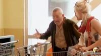 超市购物,别人都能轻松推走购物车,但我死活也拉不动,出鬼啦?