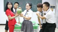 老师奖励唱歌好的学生西瓜,学生一首西瓜歌带动全班摇摆,太逗了