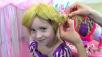 妈妈把女儿打扮成长发公主,还为她精心编了同款长鞭子