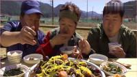 《韩国农村美食》,小哥一家人吃牛肉排骨,感觉吃起来倍儿香!