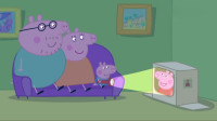 小猪佩奇:停电了大家没事干,佩奇还要去看电视,真是小傻猪!