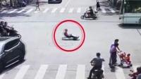 男子急着去单位 开孙子的卡丁车上路被罚 红绿灯—平安行 20190705 高清