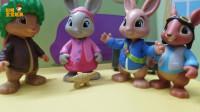 《比得兔》玩具故事,莉莉把小恐龙玩具洗得干干净净的,好漂亮呀!