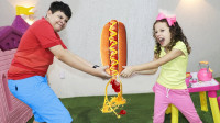 太奇怪!萌宝小萝莉和哥哥怎么在抢一个热狗?最后谁吃了呢?儿童亲子游戏玩具故事