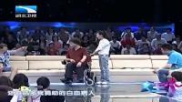 残疾歌手登台感动亿万富豪李春平,当场唱歌送他,场面让人心酸