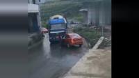 行车记录仪:轿车堵了大货车的路,霸气女司机上车就是一脚油门,下一秒悲剧了