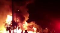 南非一辆天然气罐运输车爆炸起火 6人受伤 北京您早 20190711 高清