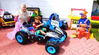 萌娃小可爱们的玩具车店开业啦!两个小家伙真是萌萌哒!—萌娃:买车吗?