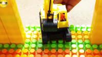 积木搭建停车场学习颜色把工程车交通车放到停车场