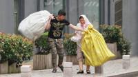 当拾荒老人街头抬不动重物,有路人一把扛起这两个袋子!