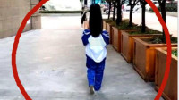 """女高中生将校服穿成""""露肩式"""",遭网友热议:简直伤风败俗"""