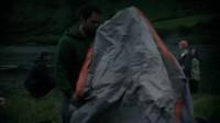 小伙带女友和朋友一起野外郊游,不料就一个帐篷,这下小伙傻了眼