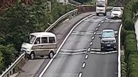 高速路随意变更车道 面包车失控侧翻 红绿灯—平安行 20190714 高清